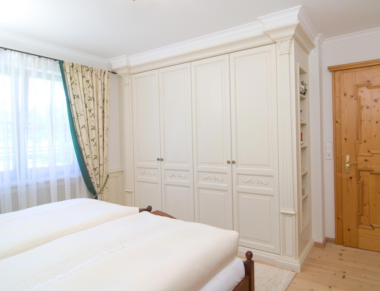 Interior im landhausstil m beltischlerei manfred manzl - Schlafzimmerschrank landhausstil ...